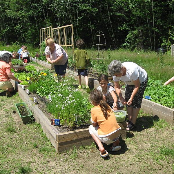 lidé na zahradě
