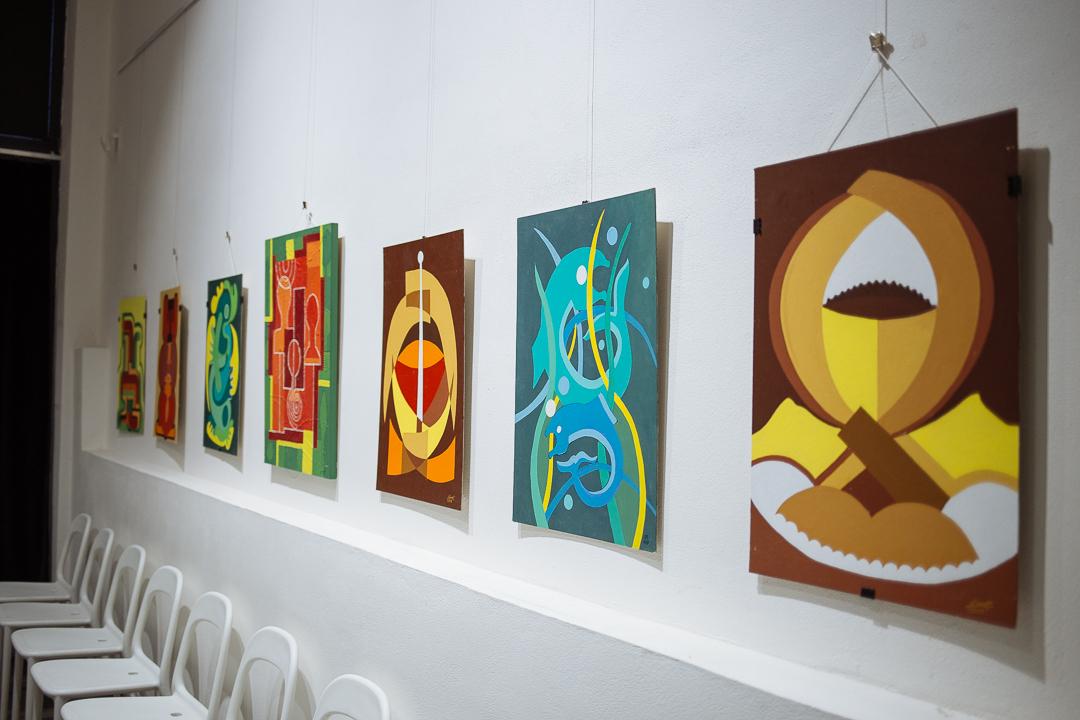 obrazy na stěně